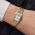 <p> Trong những tháng gần đây, bà Jill Biden thường xuyên được nhìn thấy trong chiếc đồng hồ Panthère de Cartier được làm bằng vàng. Đây là món phụ kiện được vợ ông Joe Biden lựa chọn trong chiến dịch tranh cử năm 2020. Sản phẩm có phần mặt vuông nhỏ, tinh tế phù hợp khi phối với quần jeans, áo phông hay kiểu váy phom dáng suông thanh lịch. Ảnh: <em>Loupiosity.</em></p>