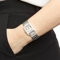 <p> Mặt đồng hồ được thiết kế theo phom dáng cổ điển bao phủ kim cương lấp lánh xung quanh và phần thân làm bằng chất liệu thép không gỉ. Ảnh: <em>Fossil.</em></p>