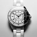<p> Ngoài ra, bà Hillary Clinton cũng yêu thích kiểu đồng hồ hiệu Chanel thể hiện gu thời trang thời trang của bản thân. Bà thường đeo chiếc J12 với mức giá 7.000 USD phối cùng trang phục thanh lịch. Ảnh: <em>Chanel.</em></p>