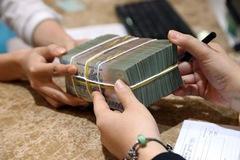 Tiền đổ vào chứng khoán