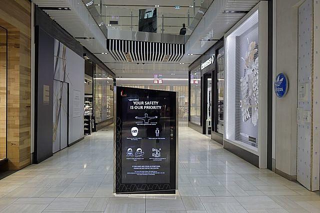 Bảng hướng dẫn các biện pháp phòng dịch tại một trung tâm thương mại ở Melbourne, Australia vào đầu tháng 10/2020 - Ảnh: Bloomberg