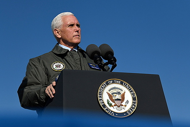 Phó tổng thống Mike Pence tại Căn cứ Không quân Hải quân Lemoore ngày 16/1. Ảnh: Reuters.