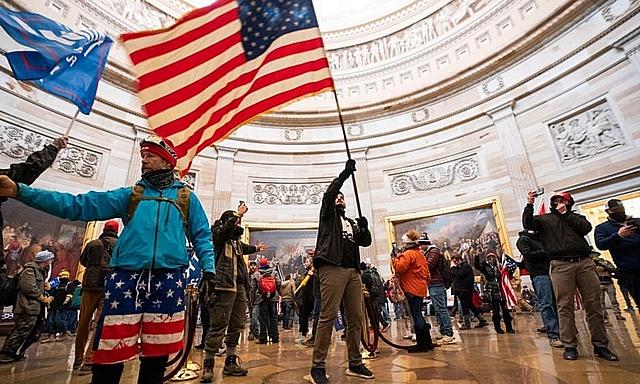 Người biểu tình bên trong Điện Capitol hôm 6/1. Ảnh: AP.