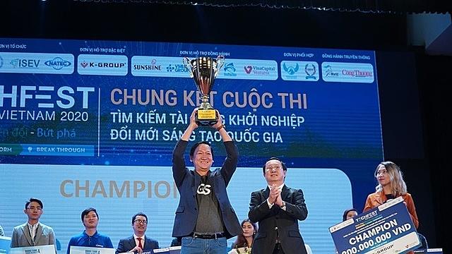 Đại diện GoStream nhận giải quán quân Techfest 2020 từ Bộ trưởng Khoa học Công nghệ Huỳnh Thành Đạt. Ảnh: GS.