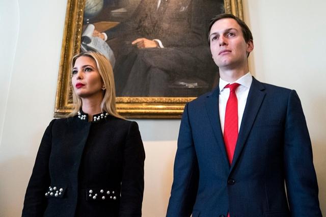 Vợ chồng Ivanka Trump và Jared Kushner là hai trong số ít các trợ lý còn đang ở lại bên ông Trump. Ảnh: New York Times.