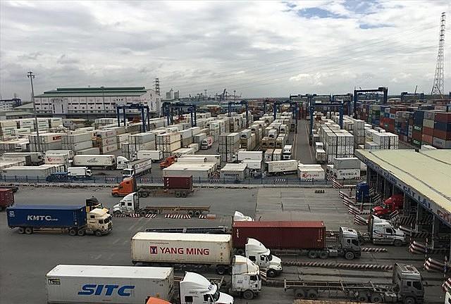 """Tình trạng thiếu vỏ container tiếp diễn khiến các doanh nghiệp xuất khẩu gặp nhiều khó khăn do giá cước tăng """"phi mã""""."""