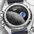 <p> Mặt sau gắn vỏ kính sapphire, sử dụng công nghệ kim loại hóa cấu trúc vi mô để mô tả cảnh phía sau của mặt trăng. Khi kích hoạt chức năng hẹn giờ, Snoopy sẽ chuyển động như đang du hành trong không gian. Các tín đồ cần chi 7.093 USD để sở hữu thiết kế. Ảnh: <em>Monochrome Watches.</em></p>