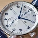 <p> Các tín đồ cần chi 9.269 USD nếu muốn sở hữu chiếc đồng hồ. Mẫu phụ kiện có thể dự trữ năng lượng trong 46 giờ. Cây bút Sina nhận định phom dáng này vẫn sẽ nổi trong 20 năm nữa. Ảnh: <em>365times.</em></p>