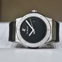 <p> Hublot luôn là thương hiệu tiên phong về thời trang. Mẫu <strong>Classic Fusion 40 Years Anniversary Titanium</strong> 45 mm tái hiện lại những chiếc đồng hồ cổ điển đầu tiên của thương hiệu ra mắt năm 1980. Mẫu này có 3 phiên bản màu sắc với các mức giá khác nhau. Ảnh:<em> 365time.</em></p>