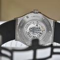 <p> Phiên bản làm bằng chất liệu titan sản xuất giới hạn 200 chiếc và được bán với giá 8.300 USD. Mặt đồng hồ sơn mài màu đen, mịn và hoàn mỹ. Đồng hồ được trang bị bộ máy tự lên dây HUB1112, có khả năng dự trữ năng lượng trong 42 giờ. Ảnh: <em>Wristwatch Journal.</em></p>