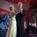 <p> Năm 1997, ông Bill Clinton tái đắc cử. Lần này Đệ nhất phu nhân Hillary sử dụng một thiết kế sang trọng của Oscar de la Renta. Ảnh: <em>AP</em></p>