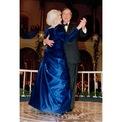 <p> Năm 1989, Đệ nhất phu nhân Barbara Bush diện một chiếc đầm xanh khi chồng bà, ông George H. W. Bush nhậm chức Tổng thống Mỹ. Ảnh: <em>AP</em></p>