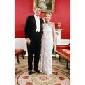<p> Trong lễ nhậm chức lần đầu tiên của Tổng thống Ronald Reagan vào năm 1981, Đệ nhất phu nhân Nancy chọn một chiếc đầm lệch vai trẻ trung của James Galanos. Ảnh: <em>The New York Times</em></p>