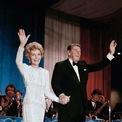 <p> Năm 1985, thiết kế của James Galanos một lần nữa được bà Nancy mặc trong sự kiện trọng đại của chồng. Ảnh: <em>AP</em></p>