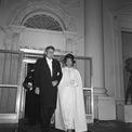<p> Đệ nhất phu nhân Jackie Kennedy mặc váy trắng tại lễ nhậm chức của Tổng thống John F. Kennedy. Ảnh: <em>AP</em></p>