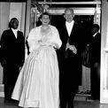 <p> Đệ nhất phu nhân Mamie Eisenhower mặc một chiếc váy được may bằng lụa hồng, đính 2.000 viên kim cương giả trong lễ nhậm chức tổng thống năm 1953. Ảnh: <em>AP</em></p>
