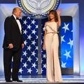 <p> Sau đó, bà mặc một chiếc váy trắng lệch vai với dải ruy băng mỏng màu đỏ tíatrong tiệc khiêu vũ sau lễ nhậm chức. Theo <em>The New York Times</em>, chiếc váy là sản phẩm sáng tạo của bà Melania và nhà thiết kế Hervé Pierre. Ảnh: <em>Getty Images</em></p>