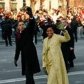<p> Năm 2009, trong lễ nhậm chức đầu tiên của ông Obama, bà Michelle mặc một chiếc váy màu vàng lấp lánh và áo khoác cùng màu. Ảnh: <em>Reuters</em></p>