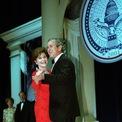 <p> Năm 2001, Đệ nhất phu nhân Laura Bush mặc một chiếc váy đỏ đính đá của nhà thiết kế Michael Faircloth trong lễ nhậm chức của chồng. Ảnh:<em>Getty Images</em></p>