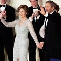 <p> Bốn năm sau, bà Laura chọn một chiếc váy của nhà thiết kế Oscar de la Renta trong lễ nhậm chức lần thứ hai của ông Bush. Ảnh: <em>Getty Images</em></p>