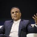 """<p class=""""Normal""""> <strong>Sunil Mittal và gia đình: 12,2 tỷ USD</strong></p> <p class=""""Normal""""> Quốc gia: Ấn Độ</p> <p class=""""Normal""""> Bharti Airtel của ông trùm viễn thông Sunil Mittal là một trong những nhà cung cấp dịch vụ điện thoại di động lớn nhất Ấn Độ với hơn 423 triệu khách hàng. Mittal cũng là chủ Airtel Payments Bank – nhà băng liên doanh với ngân hàng Kodak Mahindra của tỷ phú Uday Kodak. Con trai của Mittal là Kavin đang điều hành Hike - dịch vụ nhắn tin được SoftBank hậu thuẫn. (Ảnh: <em>Bloomberg</em>)</p>"""