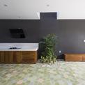 <p> Ngôi nhà bao gồm 4 phòng ngủ, trong đó có một phòng ngủ ở tầng trệt làm cho mặt bằng thêm hạn chế. Cầu thang chiếm vị trí trung tâm trong bản vẽ mặt bằng để phân bố tỷ lệ mặt trước và mặt sau của ngôi nhà.</p>