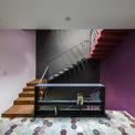 <p> Các bậc thang được neo bằng thép và phần bê tông đồng màu làm cho nó trở thành một điểm nhấn mạnh mẽ trong sơ đồ thiết kế nội thất. Phía trên, hai giếng trời lớn đảm bảo nhiều ánh sáng tự nhiên cho ngôi nhà, chiếu xuống tầng trệt và hoàn thiện hệ thống thông gió.</p>