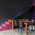 """<p> Tầng trệt kết hợp nhà bếp, phòng ăn và phòng khách với nhau trong một không gian mở. Nhà bếp được phát triển thành hình chữ L và chia nhỏ để tối ưu hóa, tăng cảm giác rộng mở trong khi bàn ghế ăn và ghế sofa được """"cắm"""" với cầu thang để tạo thành một thiết kế độc đáo.</p>"""