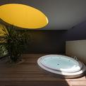 <p> Phòng tắm mở và giếng trời hình tròn trên tầng hai hoàn thiện trải nghiệm người dùng. Bề mặt màu vàng rực rỡ của nó đón ánh sáng mặt trời quanh ngày mang lại cảm giác yên bình, thư giãn và tràn đầy năng lượng. Mái nhà có thể được trồng cây để tạo lớp đệm nhiệt và hạ nhiệt cho công trình.</p>