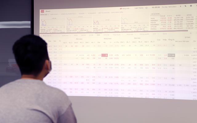 Nhà đầu tư bàng hoàng trước phiên giảm điểm bất ngờ ngày 19/1. Ảnh: Bảo Linh.