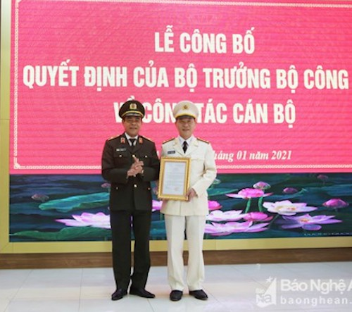Giám đốc Công an tỉnh Nghệ An Võ Trọng Hải trao quyết định cho tân Phó Giám đốc Công an tỉnh Lê Văn
