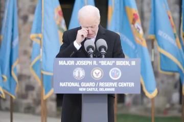 Biden bật khóc khi tạm biệt quê hương