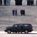 """<p class=""""Normal""""> Sau lễ tuyên thệ, Tổng thống Biden, Phó tổng thống Harris và vợ/chồng họ tới Nghĩa trang Quốc gia Arlington để đặt vòng hoa tại Tượng đài Liệt sĩ Vô danh - hoạt động đầu tiên trong nhiệm kỳ - cùng các cựu tổng thống Barack Obama, George W. Bush, Bill Clinton, các cựu đệ nhất phu nhân. Ảnh: <em>CNN.</em></p>"""