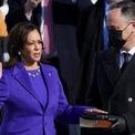 """<p class=""""Normal""""> """"Tôi trịnh trọng tuyên thệ rằng tôi sẽ ủng hộ và bảo vệ Hiến pháp Mỹ chống lại mọi kẻ thù, bên ngoài và trong nước, sẽ giữ vững lòng tin và trung thành, tự nguyện nhận bổn phận này, không hề đắn đo hay có ý tránh né và sẽ hoàn thành tốt, trung thực các bổn phận của vị trí tôi sắp đảm nhiệm. Vì vậy xin Chúa hãy giúp tôi"""", Harris tuyên thệ trước <span>Sonia Sotomayor, thẩm phán người Latinh đầu tiên tại tòa án tối cao.</span></p>"""