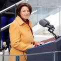 """<p class=""""Normal""""> Amy Klobuchar, người sẽ trở thành chủ tịch phe Dân chủ tại ủy ban quy định của Thượng viện phát biểu mở đầu buổi lễ. Bà gọi đây là """"khởi đầu mới"""" của đất nước, hai tuần sau khi xảy ra vụ bạo loạn tại tòa nhà quốc hội hôm 6/1.</p>"""