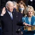 """<p> Ông Biden tuyên thệ sau bà Harris.<br /><br /><span style=""""color:rgb(0,0,0);"""">""""Tôi Joe Biden</span><span style=""""color:rgb(0,0,0);"""">trịnh trọng tuyên thệ rằng tôi sẽ đảm đương vị trí tổng thống Mỹ một cách trung thành và sẽ làm hết khả năng để giữ gìn, duy trì và bảo vệ Hiến pháp Mỹ"""", Biden lặp lại lời tuyên thệ theo chánh án</span><span>John Roberts và chính thức trở thành tổng thống Mỹ thứ 46 từ 12h00 EST.</span></p>"""