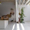 """<p class=""""Normal""""> Không gian năng động với các hoạt động chủ yếu vào ban ngày được đặt nó ở phía Tây, nơi có ánh hoàng hôn vào buổi chiều. Bếp và bàn ăn là trung tâm ở tầng một. Các không gian này gần như thông thoáng tuyệt đối ra con đường yên tĩnh trước nhà. Các kiến trúc sư muốn một người độc thân có thể kết nối tốt hơn với cộng đồng xung quanh qua những khoảng trống này.</p>"""