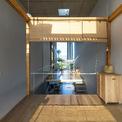 <p> Mong muốn tạo sự thông thoáng cho ngôi nhà, kiến trúc sư chia chiều cao các tầng khác nhau: tầng 1 thấp (2 m 35 cm), tầng 2 cao (4 m 20 cm).</p>