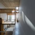 <p> Việc xây dựng một kết cấu đơn giản cũng giúp ngôi nhà tiết kiệm chi phí. Các kiến trúc sư xây một lớp vỏ bê tông, hoàn thiện bằng kính, dùng gỗ để phân chia không gian bên trong (giường tầng), dùng gỗ thừa để tạo nên nội thất cho ngôi nhà .</p>