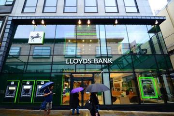 Ngân hàng Việt tiếp tục mạnh tay thưởng Tết cho nhân viên năm nay, các ngân hàng lớn trên thế giới thì sao?
