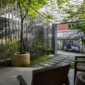 <p> Cửa ra vào - trong tổng thể không gian - được thiết kế duy nhất cửa chính để thông vào nhà. Ngôi nhà như một sự kết nối liền mạch, không có giới hạn giữa nhà và vườn, đem lại cảm giác tự do. Kiến trúc sư sử dụng các kệ sắt như một cách định vị giữa phòng khách và hiên nhà nhưng không làm mất đi sự thông thoáng.</p>