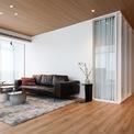 <p> Các kiến trúc sư đã sắp xếp lại mặt bằng, loại bỏ một số bức tường để tạo thành không gian sống mở. 50% diện tích căn hộ dành cho nhà bếp và phòng khách được đặt ở trung tâm căn hộ.</p>