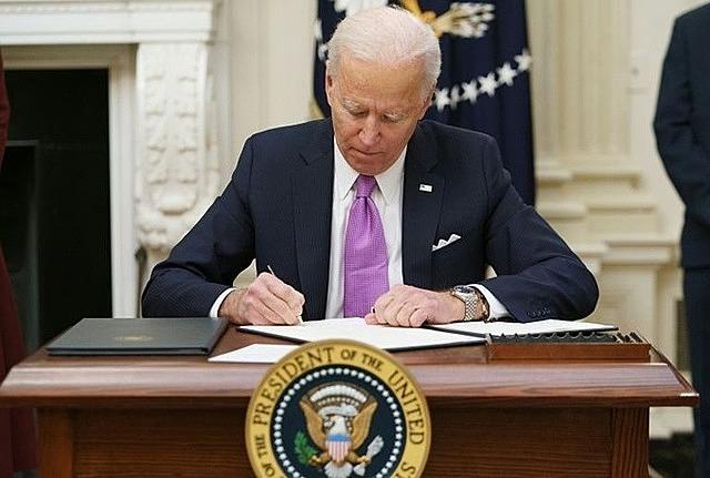 Tổng thống Biden ký sắc lệnh trong ngày đầu nhậm chức hôm 20/1 tại Nhà Trắng. Ảnh: AFP