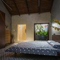 <p> Phòng ngủ được bố trí cuối nhà kết hợp sân vườn, mở cửa sổ ra không gian thiên nhiên.</p>