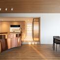 <p> Với thiết kế độc đáo và chất liệu sáng bóng, quầy bar trở thành điểm nhấn của căn hộ.</p>