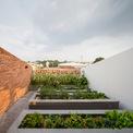 <p> Với mục đích bảo tồn môi trường sống tự nhiên và cây xanh, cách thiết kế là dành một khu vực rộng lớn để làm vườn và phủ lên mái nhà bằng thực vật, hòa trộn cấu trúc con người với thiên nhiên.</p>