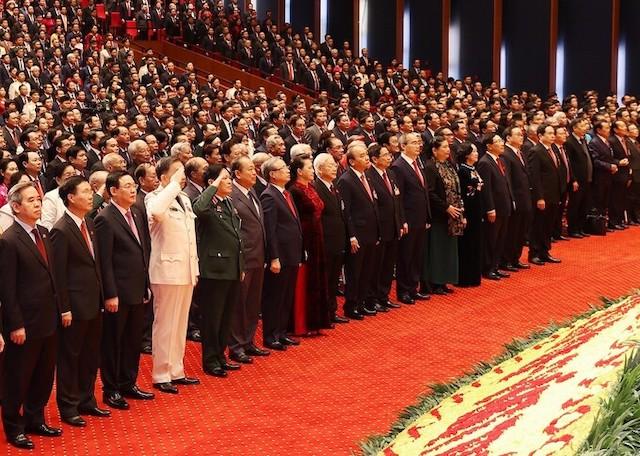 đại biểu thực hiện nghi thức chào cờ tại phiên khai mạc Đại hội XIII, sáng 26/1.