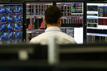 Sợ biến động, hàng loạt quỹ phòng hộ giảm đầu tư vào Phố Wall