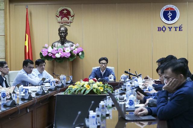 Phó Thủ tướng Chính phủ và Bộ trưởng Bộ Y tế đã tổ chức cuộc họp khẩn trực tuyến với 2 tỉnh Quảng Ninh và Hải Dương,    Ảnh:Tuấn Anh