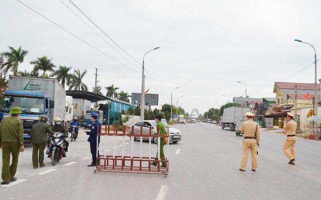 Lực lượng chức năng thực hiện nhiệm vụ chống dịch tại chốt kiểm soát cầu Vàng Chua (xã Bình Dương).